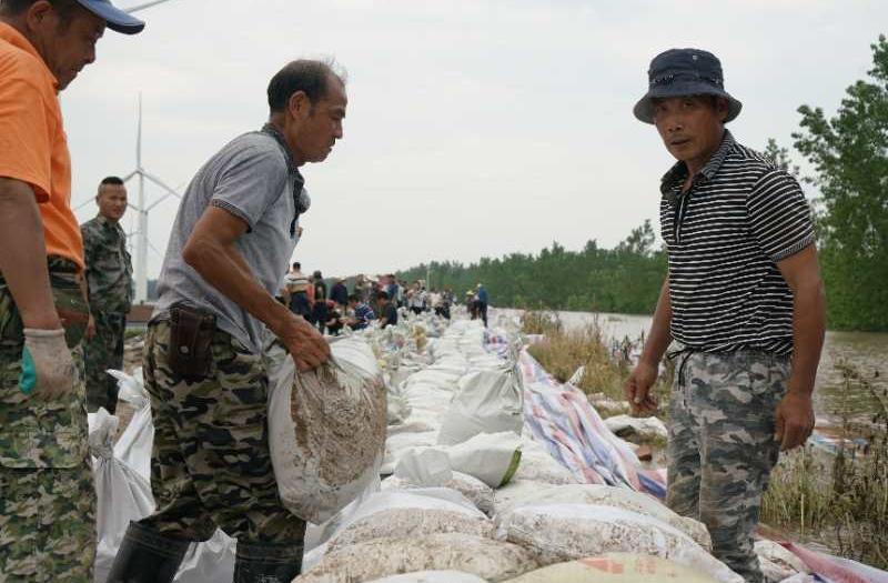 7月11日下午,九江市江洲镇群众正在抢筑子堤。中青报·中青网见习记者 李强 摄