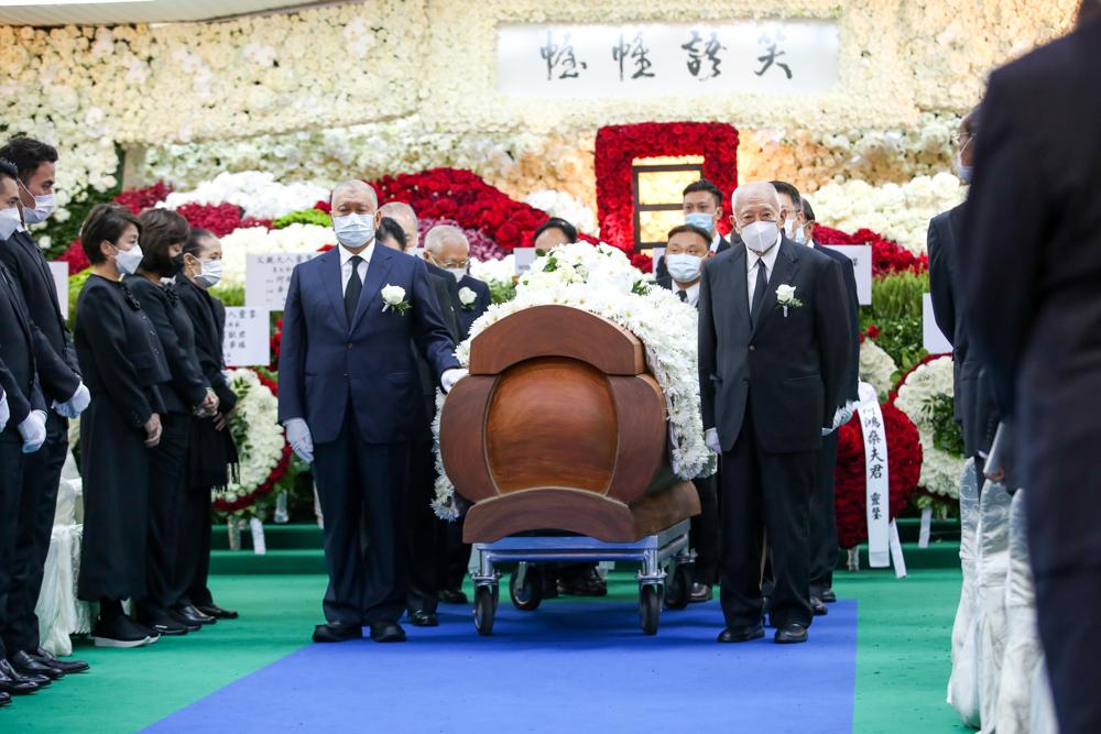 丧仪由董建华、何厚铧等人扶灵。本文图片均来自央视新闻