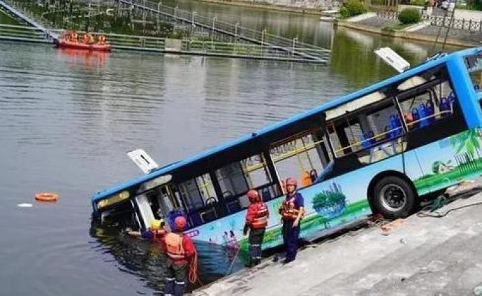 安顺警方通报公交坠湖事故:司机流露厌世情绪,蓄意驾车坠湖