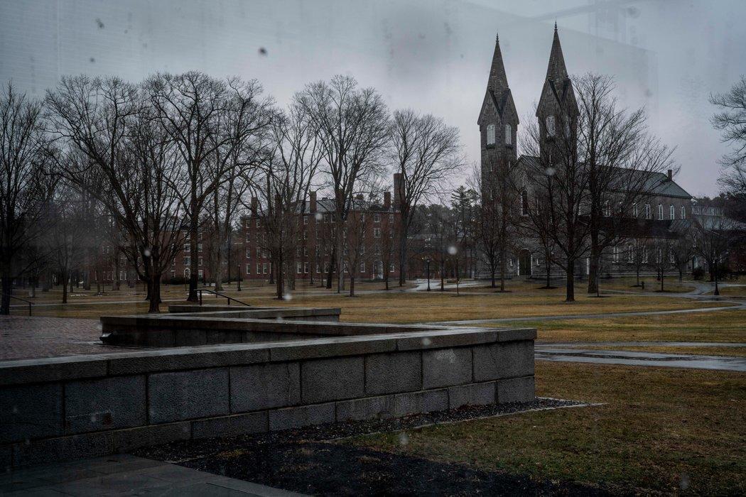 资料图 疫情期间空荡荡的美国大学校园。