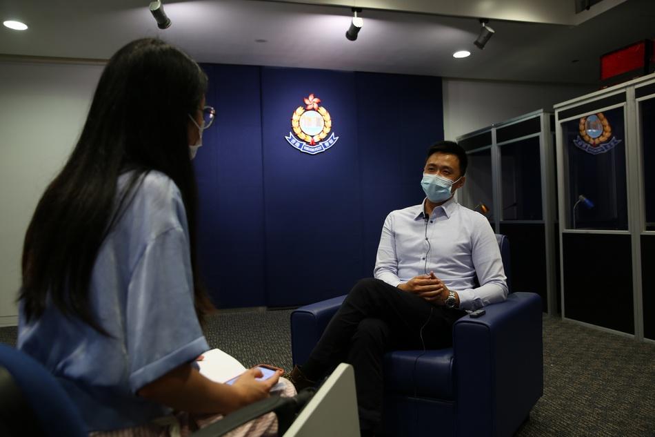 7月9日,小默在香港警察总部接受澎湃新闻专访。