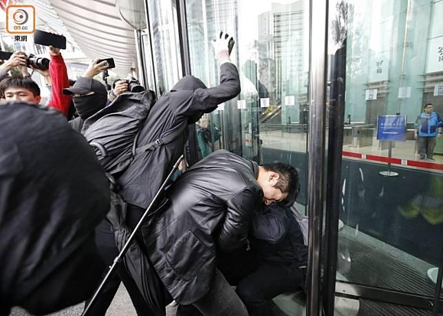 1月19日,有黑衣人以木棍、砖头等武器围殴袭击便衣警员。港媒东网 图