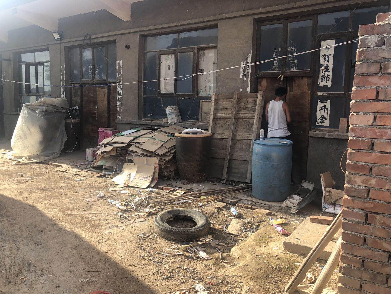 受害人靳茂林家的水缸摆放在院内,其子称案发时母亲做饭的位置也在院子。澎湃新闻记者 陈雷柱 图