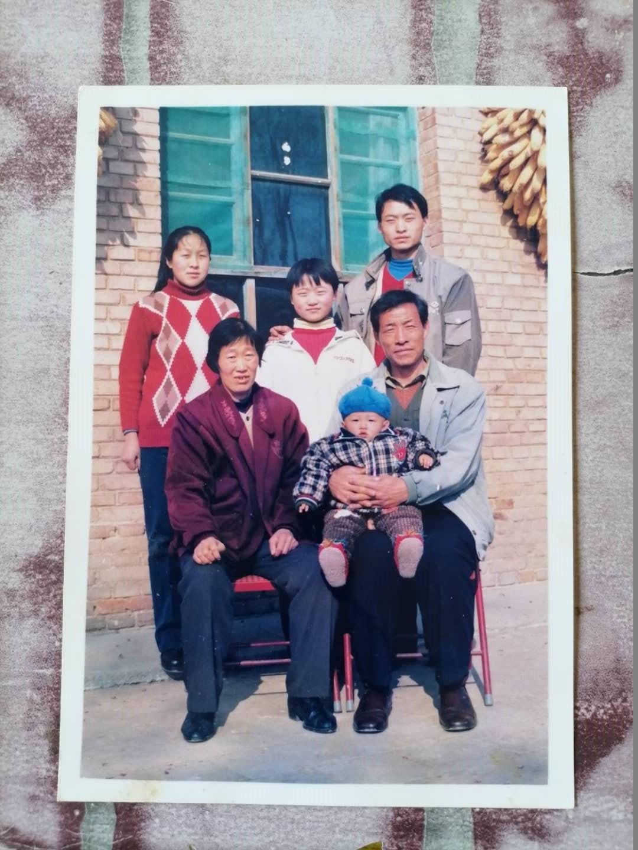 靳金保(前排右一)与家人的合照。澎湃新闻记者 陈雷柱 图