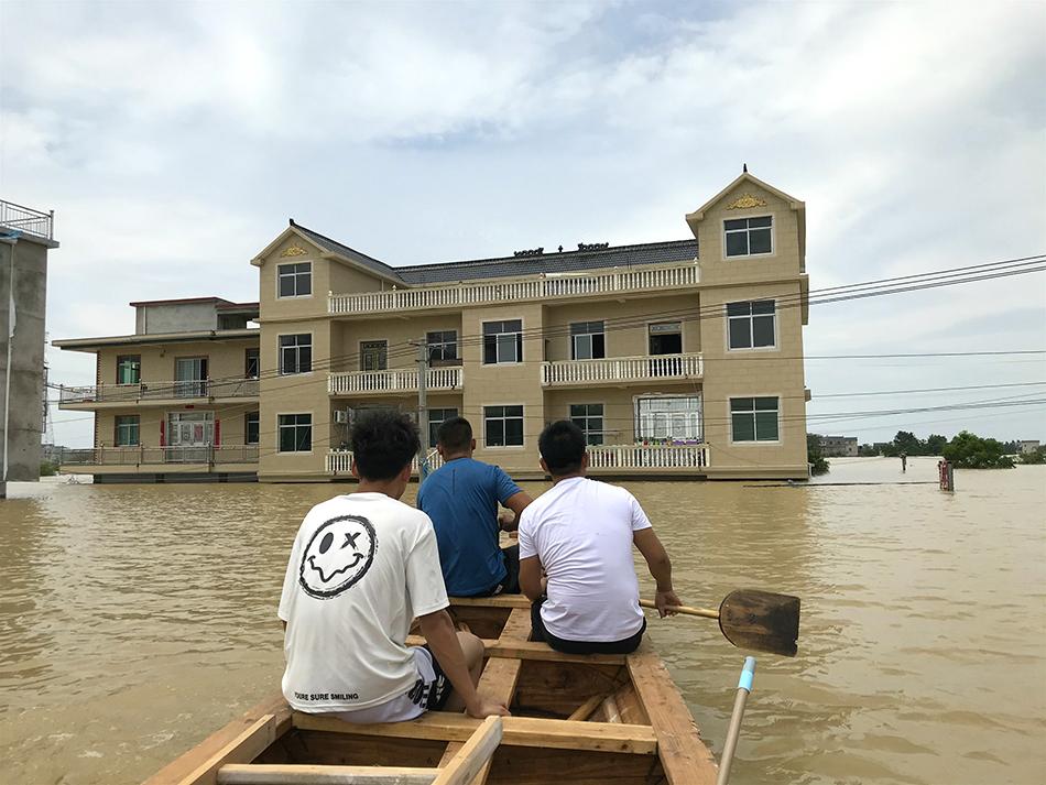 龙舟来到黄文强家前方,一楼已经被淹没。