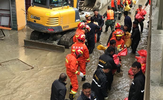 四川德格:河水倒灌民房被淹,多部门参与救援