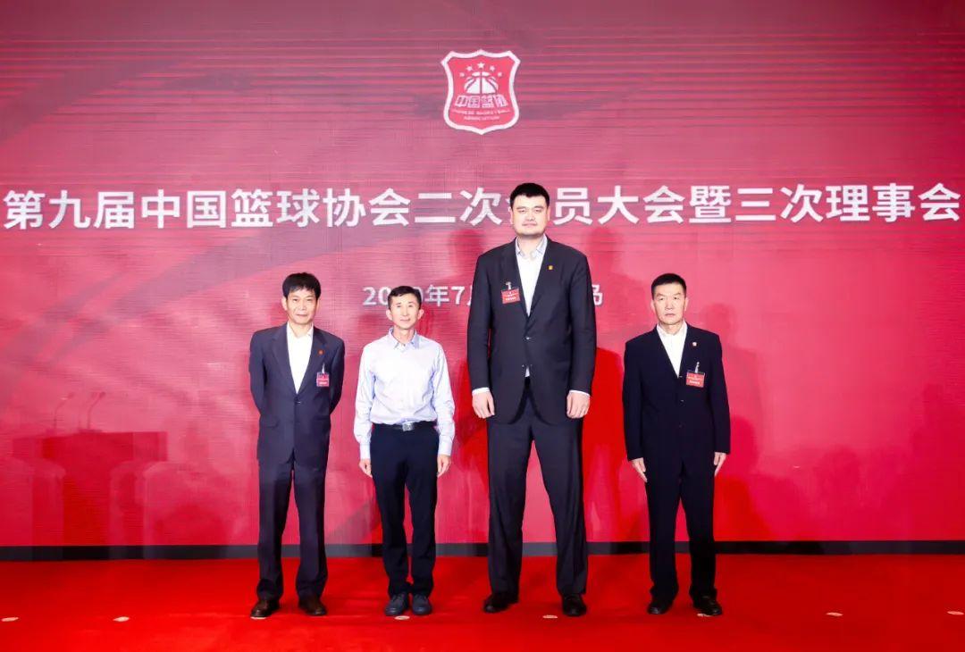 左一:中国篮协秘书长 涂猛,左二:中国篮协党委书记、副主席 白喜林,右一:中国篮协副主席 许闽峰,右二:中国篮协主席 姚明。