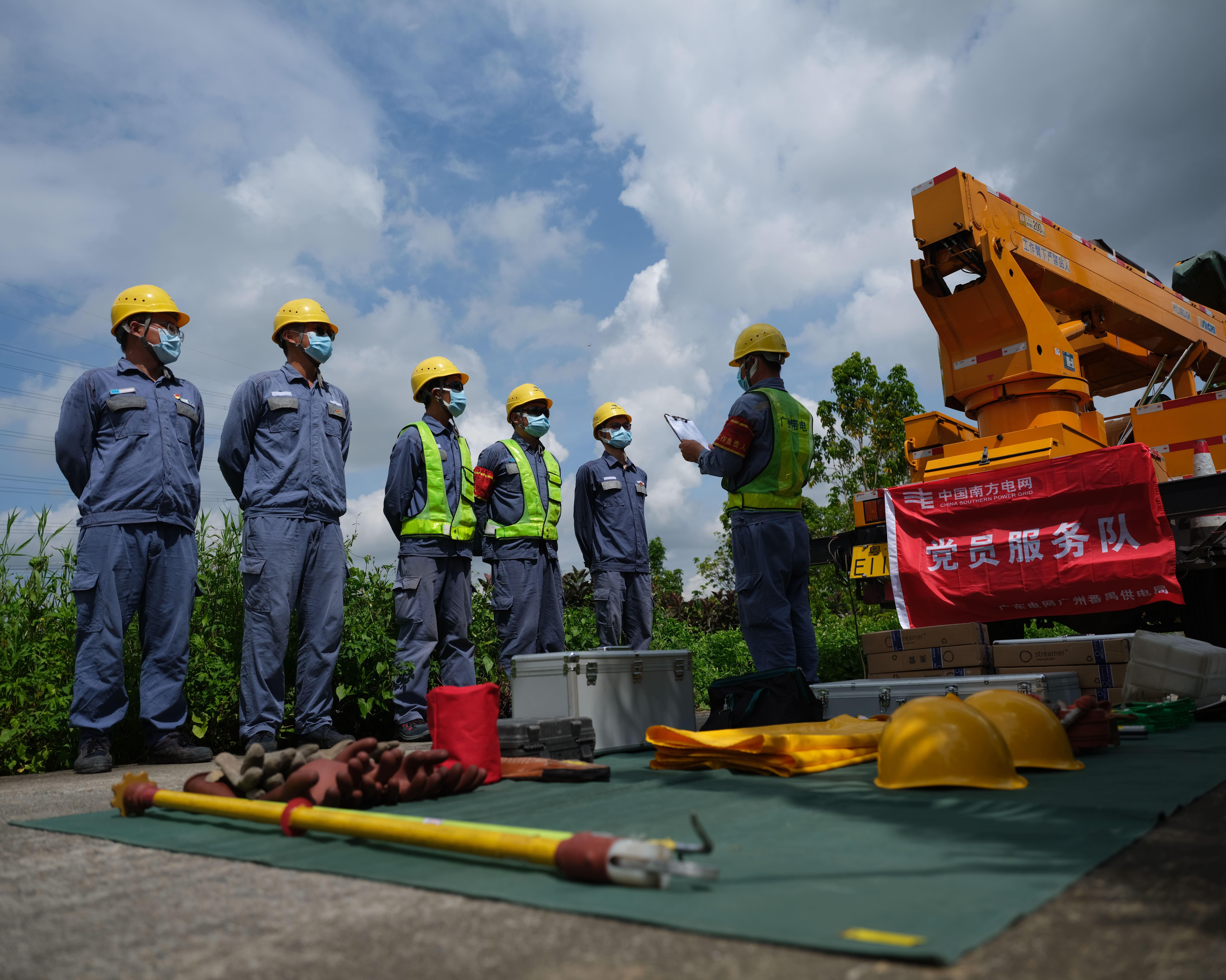 南方电网广东广州番禺供电局工作人员开展带电作业准备,保障电网安全可靠供电。