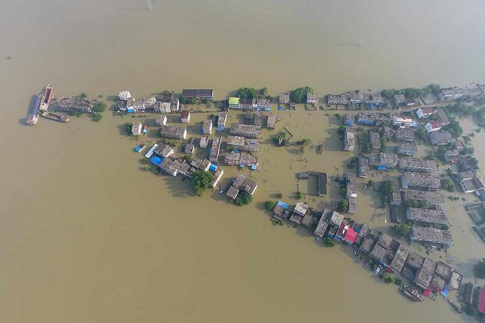 2020年7月14日,安徽安庆,长江安庆段,皖河入江口的张港村为暴涨的洪水围困。 人民视觉 图