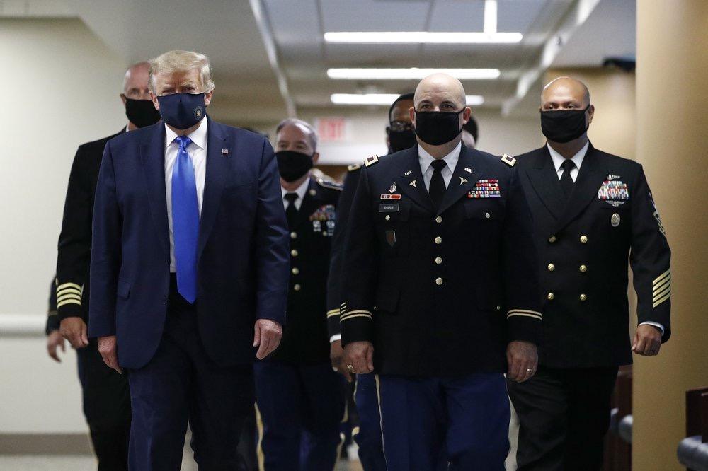 7月11日,特朗普首次在公开场合带上口罩。