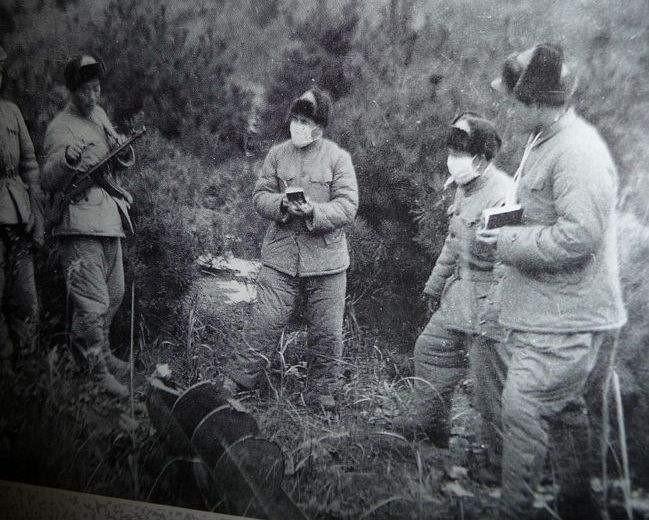 志愿军防疫人员检查美国投掷的生物武器炸弹