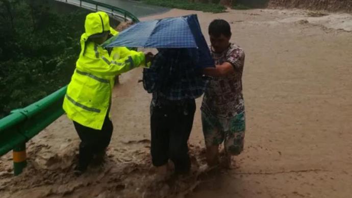 暖闻|重庆万州一家五口被山洪围困,民警救援时险遭洪水冲走