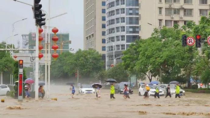 湖北恩施城区大面积被淹,各部门全力救援、数百人连夜转移