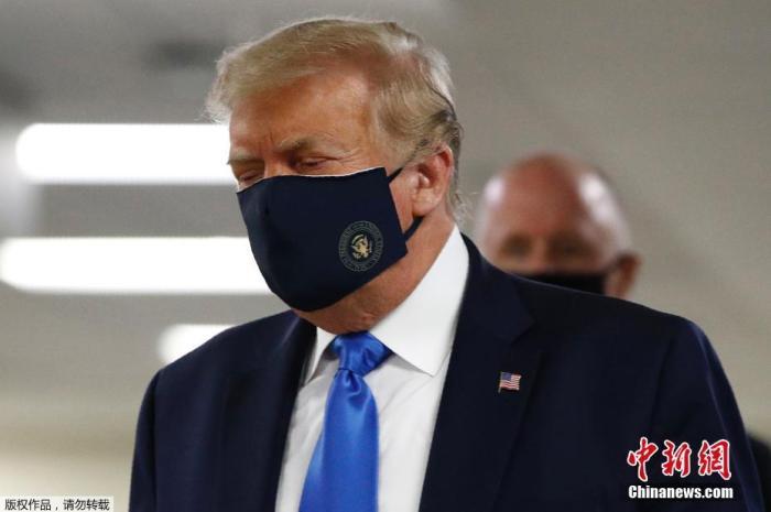 当地时间7月11日,特朗普首次在公开场合戴上了口罩。