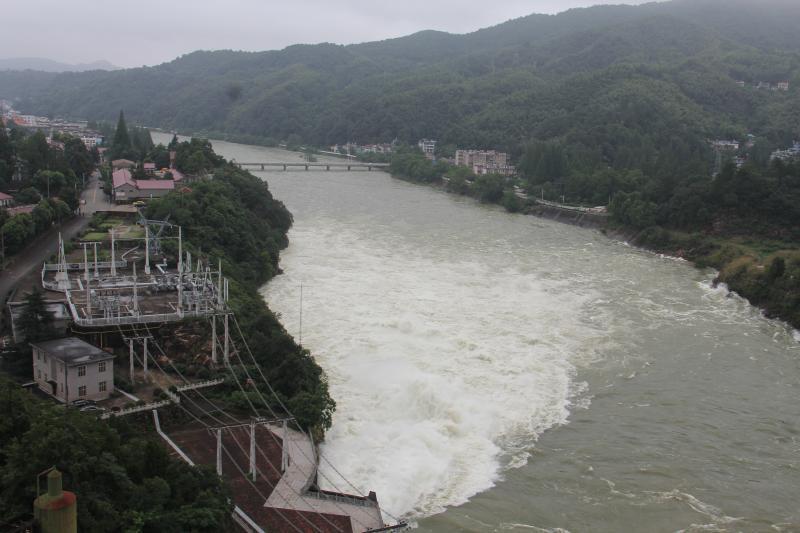 安徽六安金寨遭遇极端暴雨 积水最深超2米民警官兵紧急转移群众