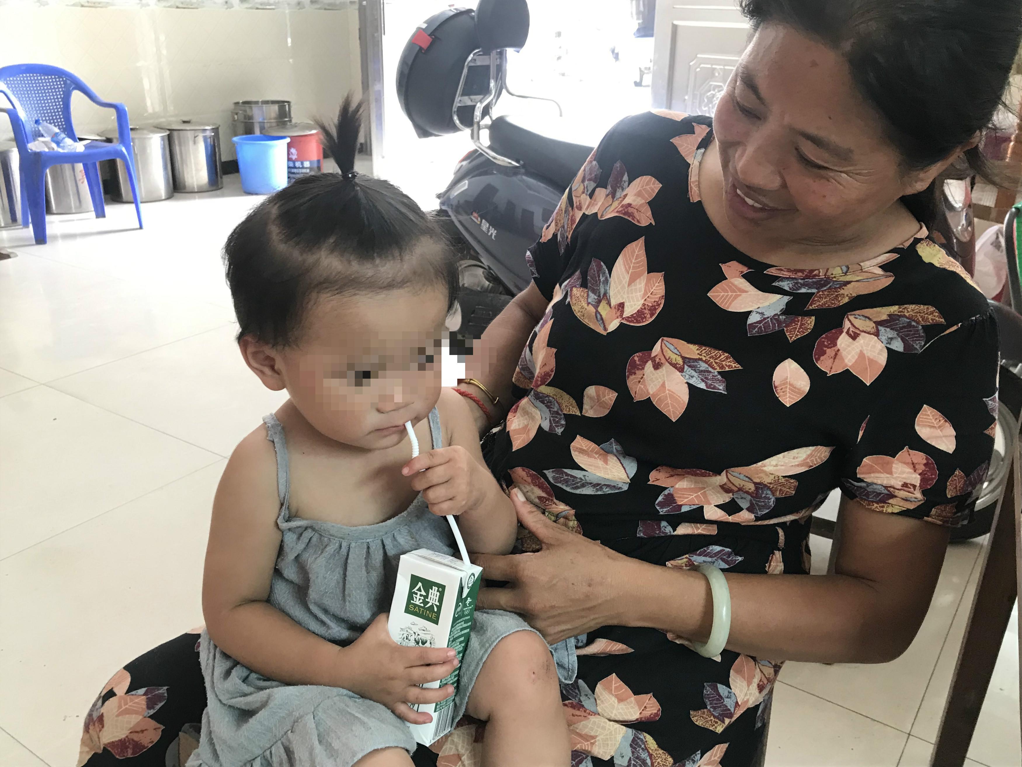 吴爱梅抱着3岁的孙女