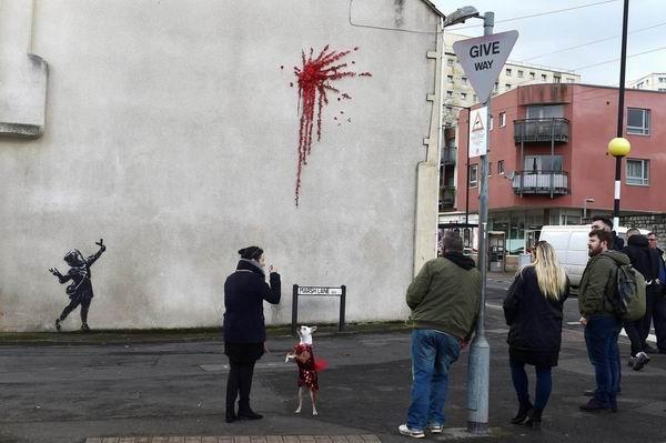 2020年情人节前夕,班克斯的作品出现在布里斯托尔,但两日后,这个画面就被破坏。