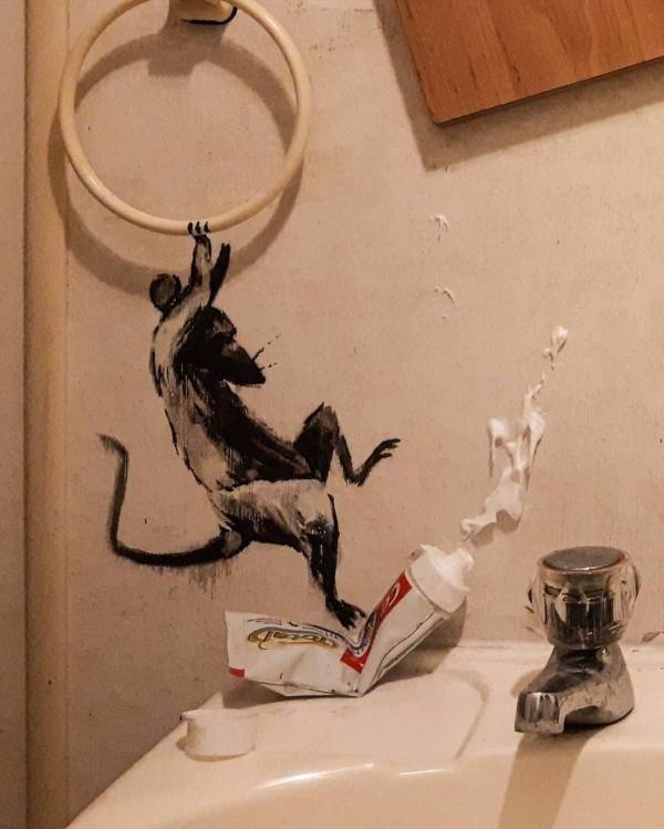 4月中旬,班克斯在自家浴室画下的老鼠。