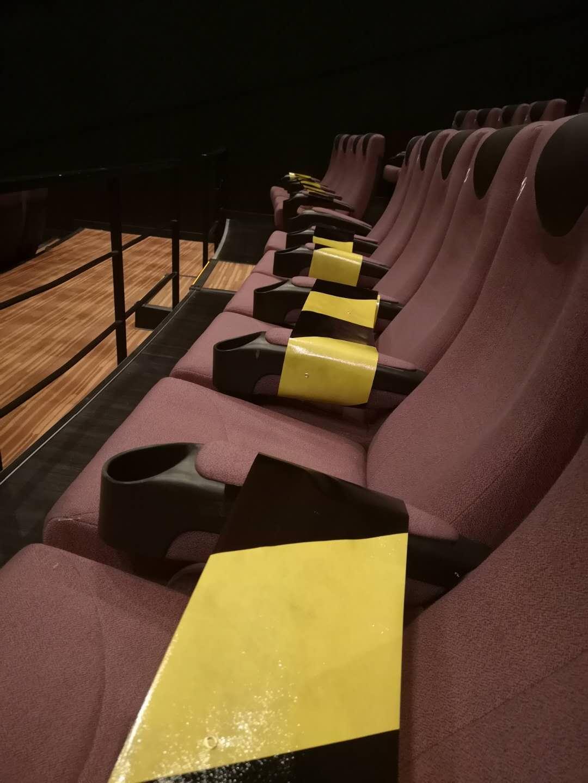 座位上封好的胶纸条。