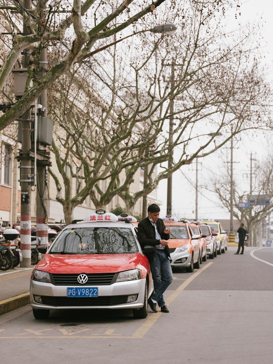 2020年3月,上海街头等待上客的出租车司机。澎湃新闻记者 周平浪 图