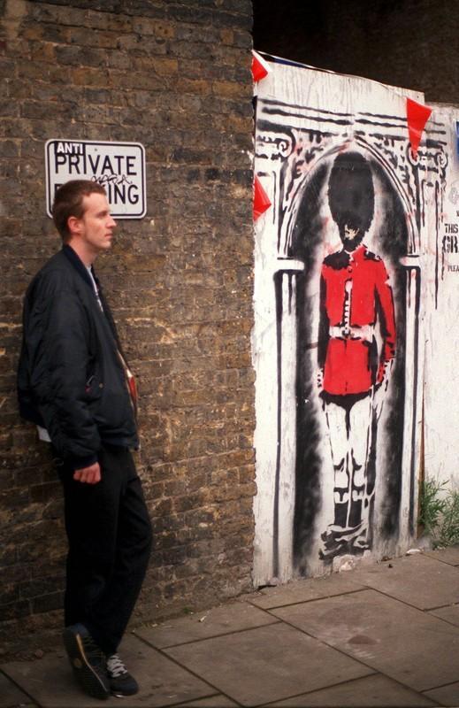 2002年5月30日,伦敦桥附近,班克斯为纪念英国女王登基60周年创作的一幅涂鸦作品。