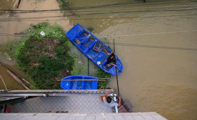 抗洪记|水淹邓家村:父亲留下坚守,儿子常划船回家看看