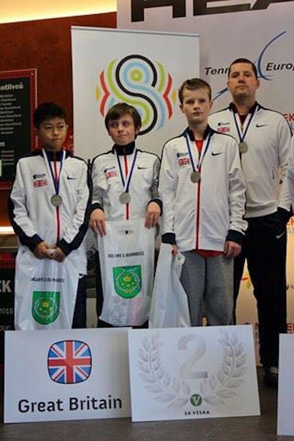 12岁时,代表英国队参加国际青少年网球比赛,获得12岁组比赛亚军。