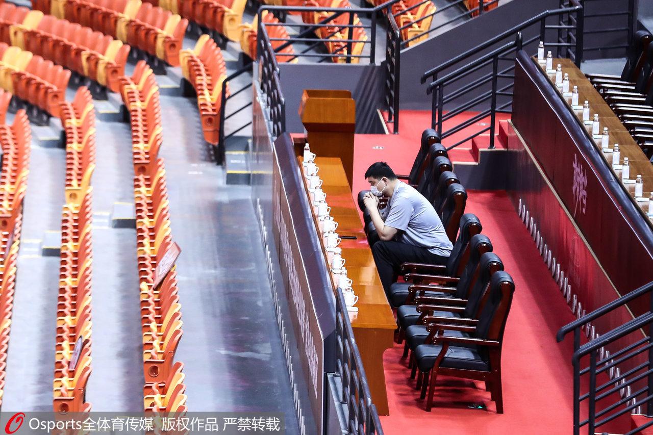 姚明独坐望台。