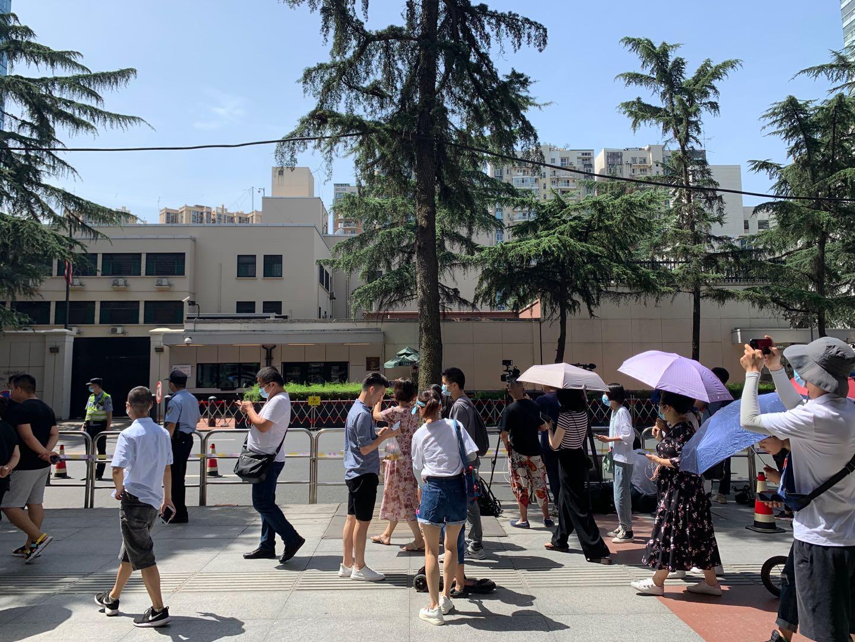 7月26日,媒体和民众在美领馆外围观。