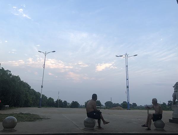 洪水的消息过后,几位老人在王家村村部的广场聊天,这里是乡村信息交换的场所