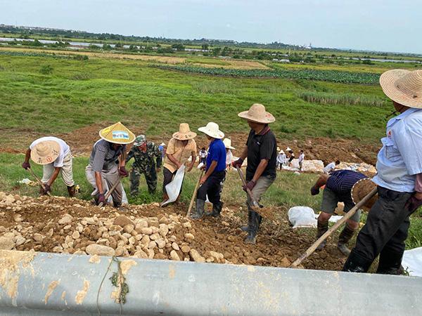 王家村村民在康山大堤上处理一处险情 受访者供图