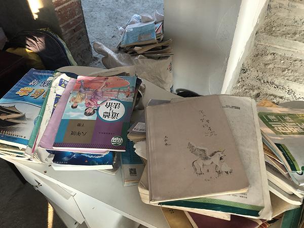 王忠林小儿子的教科书,被搬到家里楼上