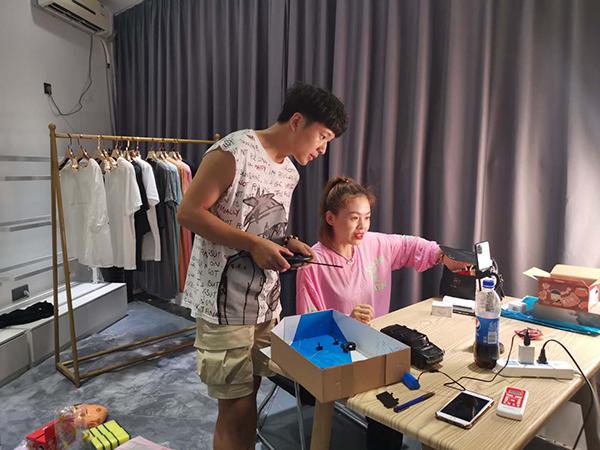 正在准备直播带货的主播 澎湃新闻记者 吴雨欣 图