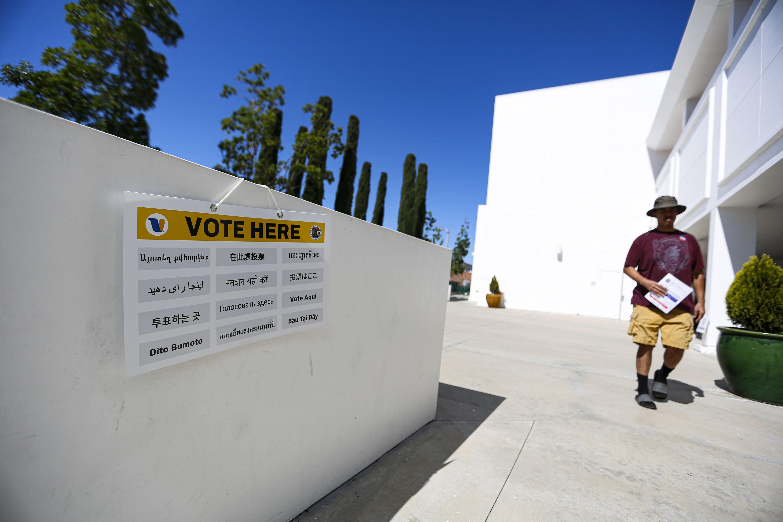 3月3日,一位选民来到美国加利福尼亚州一个投票站。 新华社 资料图