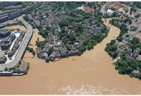 7月27日,磁器口古镇临江区域被洪水淹没(无人机照片)。 新华社 图