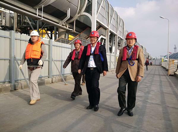 王友农(右二)在港口宝山区 供图