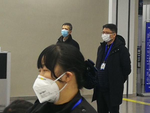 王友农(右一)防疫视察 宝山区 供图