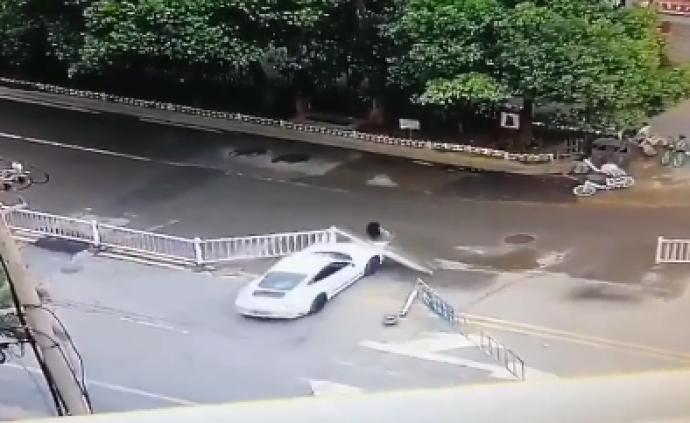 江西南昌一保時捷多次沖撞過路女子,女司機已被刑拘