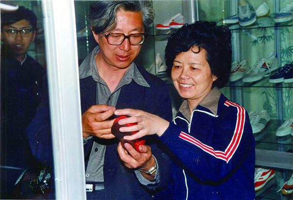 上世纪80年代,陈铎、沈力在青岛制鞋企业参观。