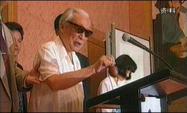 1993年,谢稚柳先生上台敲响了拍卖会的第一锤
