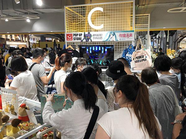 位于徐家汇的LOFT开业后,顾客正在选购。澎湃新闻记者 陈伊萍 图