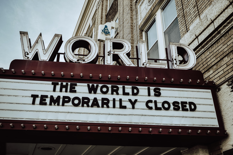 """一间名为""""世界""""的剧院因疫情临时关闭。Edwin Hopper 摄,图片来自Unsplash"""