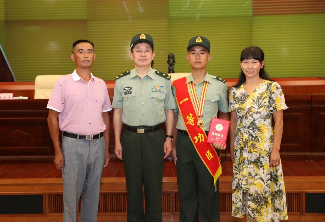 第72集团军领导与王亮及其父母合影。