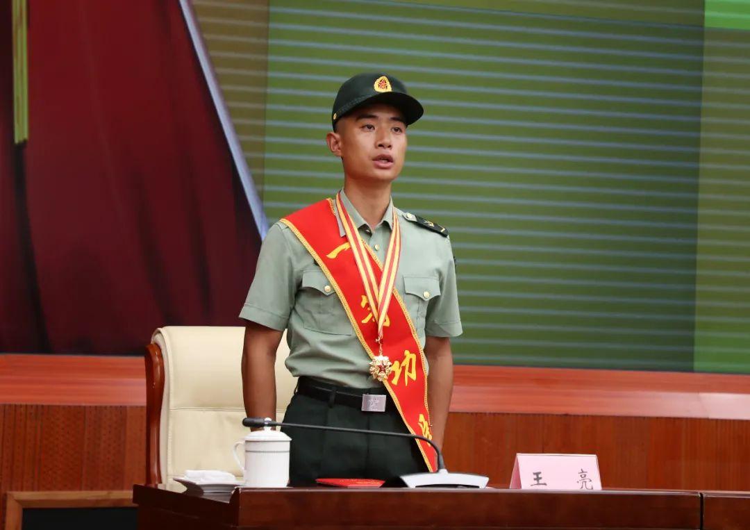 第72集团军庆功授奖大会现场,王亮披上了红绶带,胸前挂着一等功奖章。
