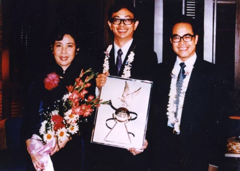 《城南旧事》荣获第二届马尼拉国际电影节最佳故事片金鹰奖。吴贻弓(中)在马尼拉电影节获奖现场,左边是扮演宋妈的郑振瑶女士,右边是时任电影局局长的石方禹先生。