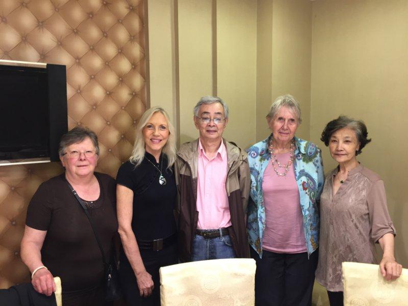 2014年,吴贻弓(左三)参加文化交流活动。左一是比利时电影资料馆的馆长,右二是奥地利驻中国大使馆前任大使的夫人,右一是吴贻弓夫人张文蓉。