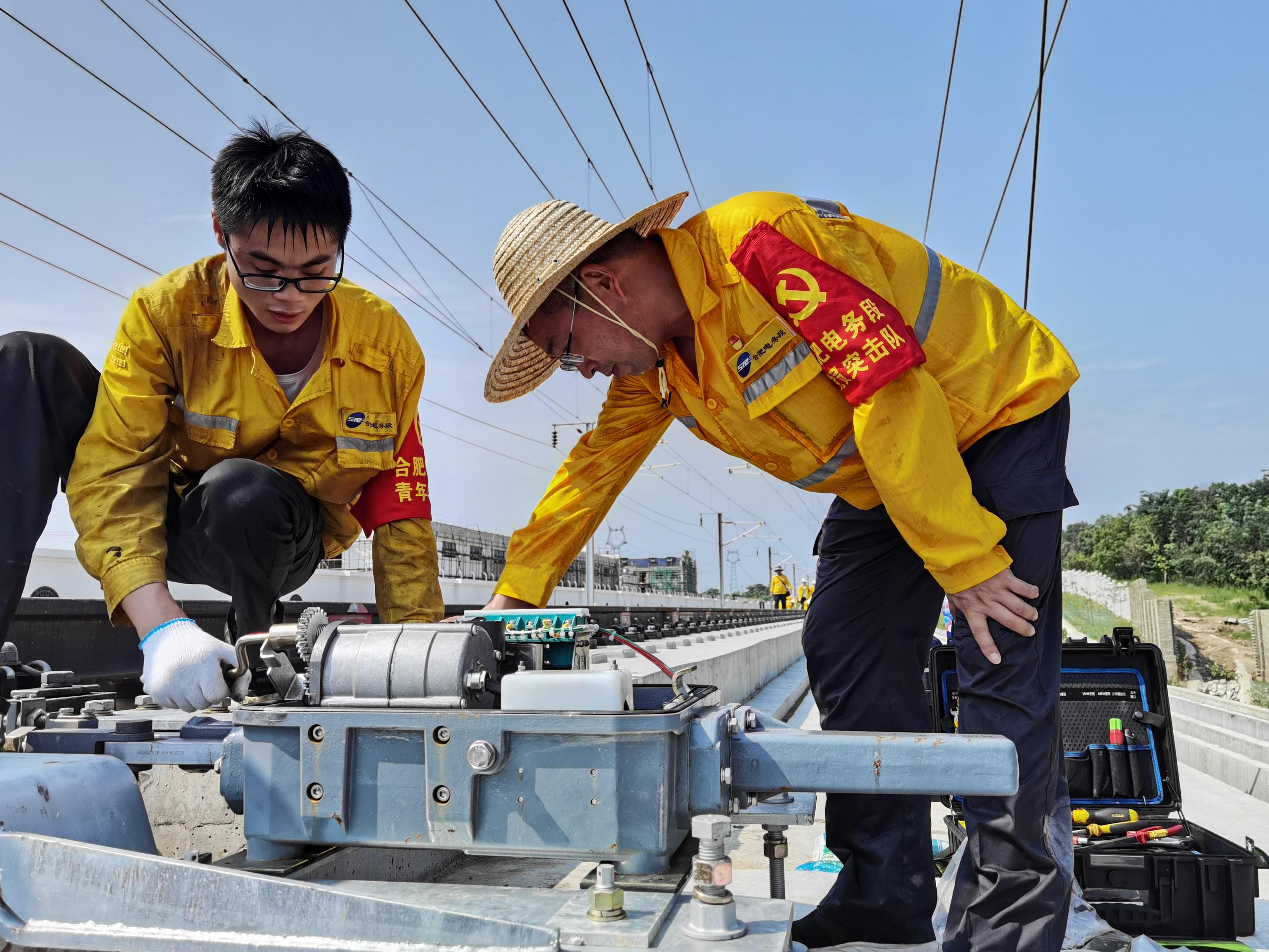 合肥电务段职工对信号设备进行调试验收