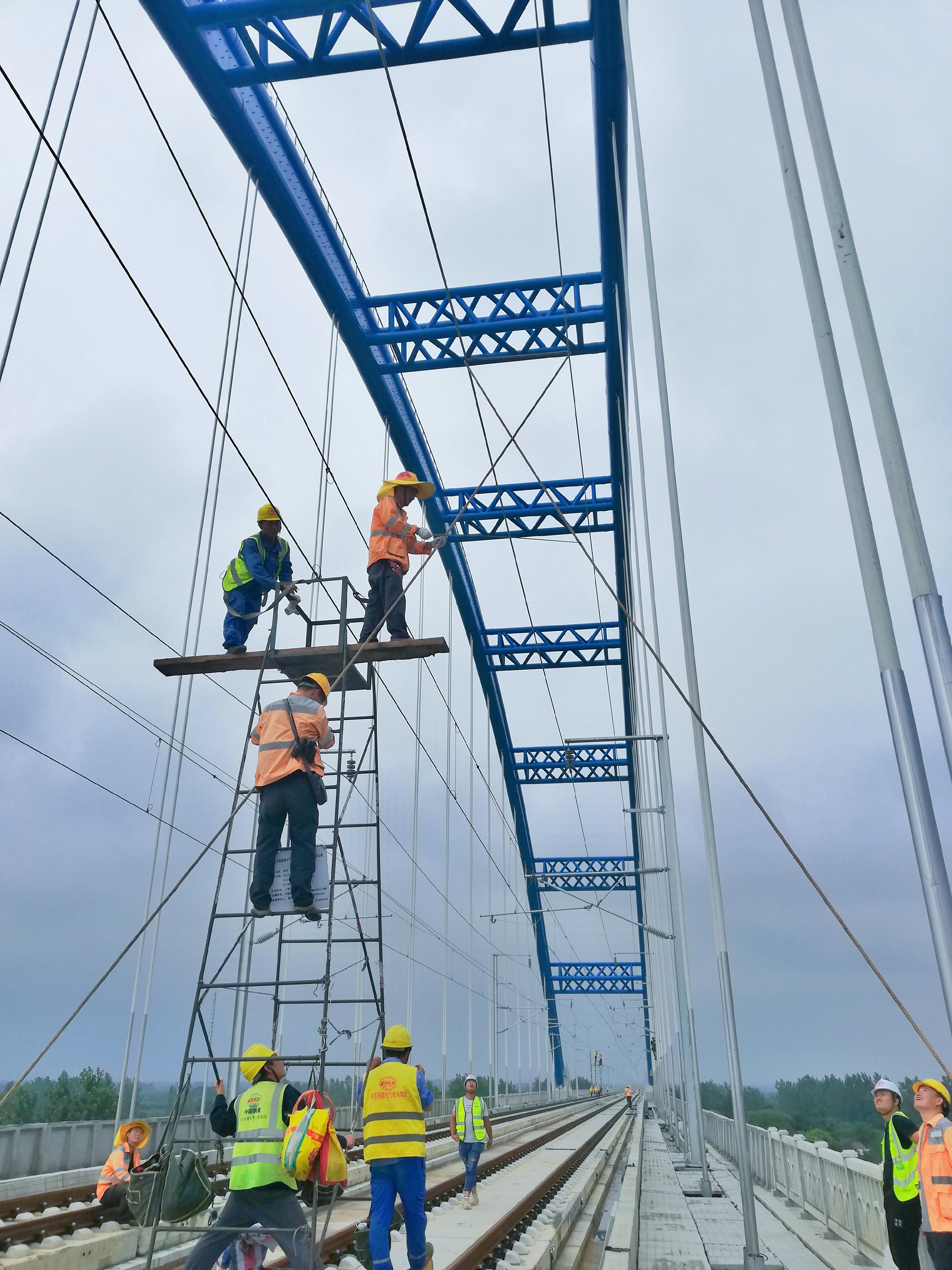合肥供电段青年骨干在上派特大桥上对接触网进行验收本文图片均为中国铁路上海局集团有限公司供图
