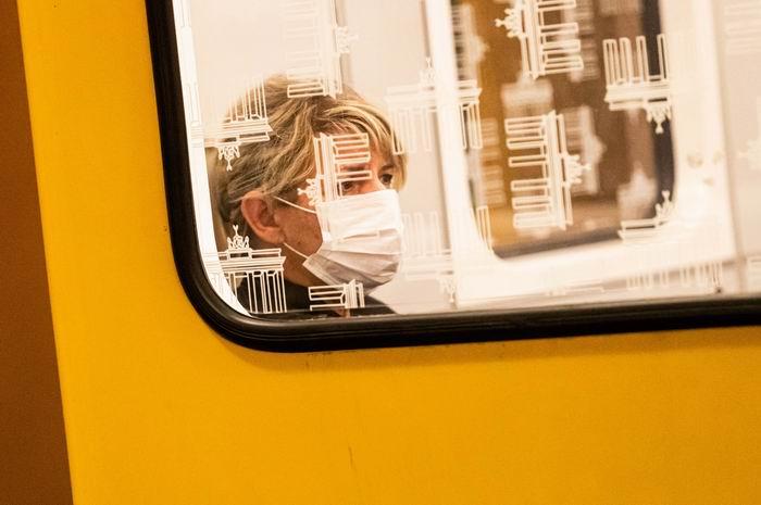 地铁中戴口罩的女子