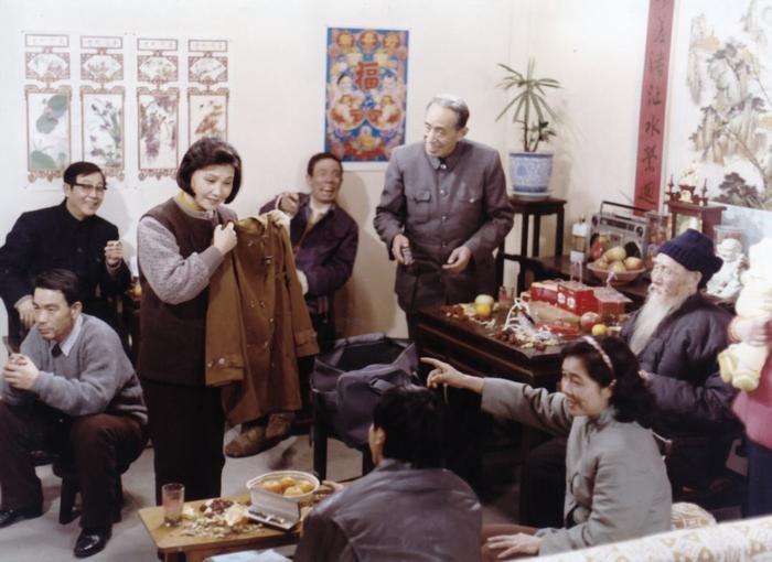 《阙里人家》剧照,拎着衣服的这位就是吴贻弓夫人张文蓉,另一位站着的长者是朱旭